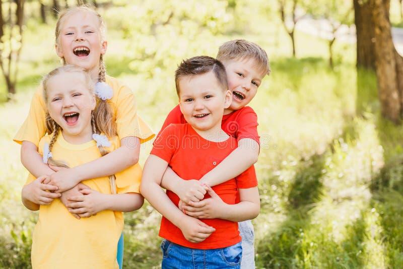 Счастливый обнимать маленьких ребеят стоковое изображение