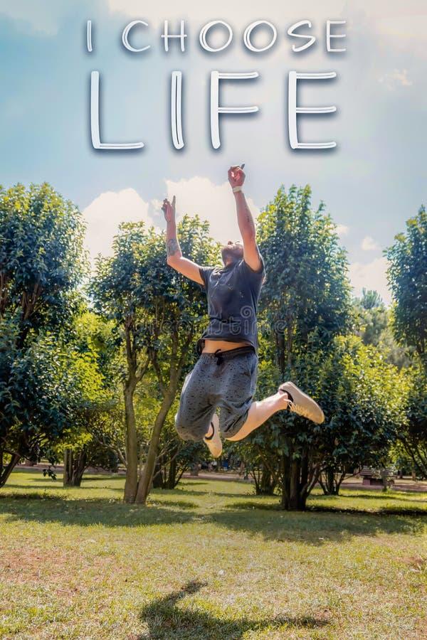 Счастливый образ жизни, выбирает текст жизни, скачет к небу стоковое фото