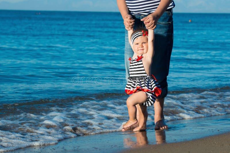 Счастливый отец играя с милой маленькой дочерью на пляже стоковые фотографии rf