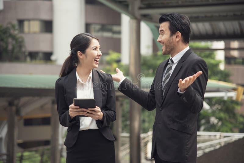 Счастливый партнер бизнесмена и бизнес-леди используя таблетку стоковое фото