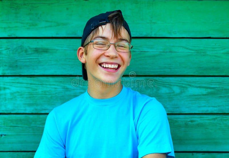 Счастливый подросток стеной стоковые фото