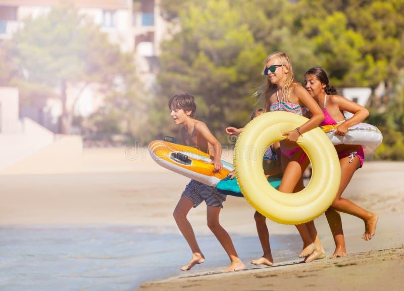 Счастливый подросток тратя летнее время на пляже стоковые фото