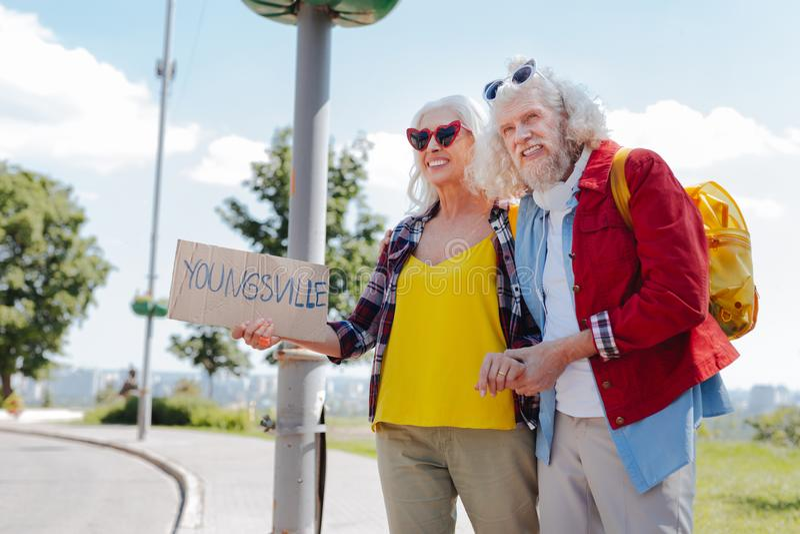 Счастливый пожилой путешествовать пар стоковое изображение