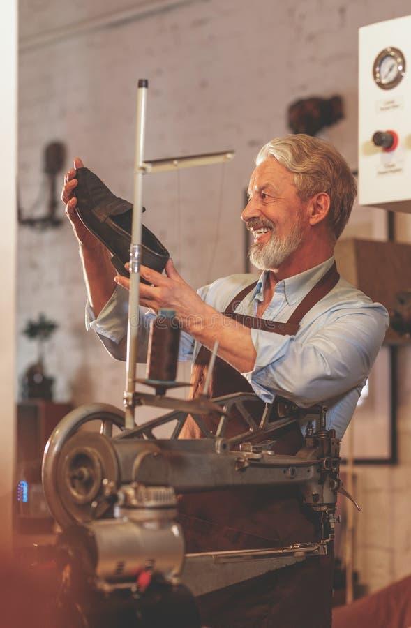 Счастливый пожилой человек с ботинком стоковые изображения rf
