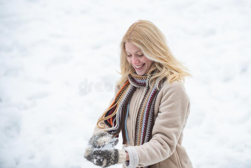Счастливый портрет зимы женщины Бой снежного кома Женщина держа снежный ком в руках Девушка зимы красоты в морозной зиме стоковое изображение rf