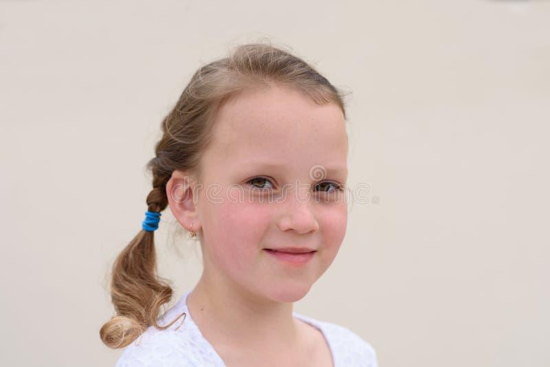 Счастливый портрет маленькой девочки стоковые изображения