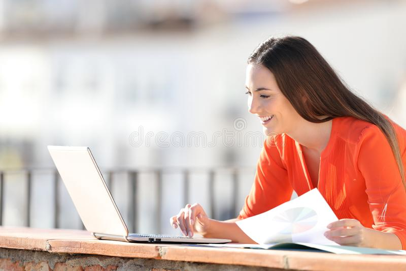 Счастливый предприниматель работая с ноутбуком и диаграммами стоковые фото