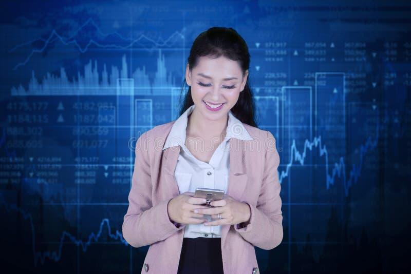Счастливый предприниматель стоя с диаграммой роста стоковые изображения