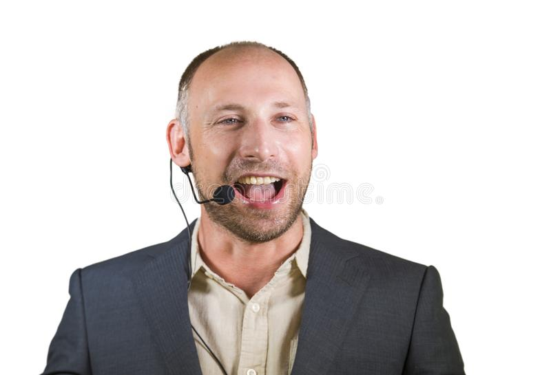 Счастливый привлекательный и уверенный диктор бизнесмена со шлемофоном давая тренируя тренировку конференции для усмехаться успех стоковые фото