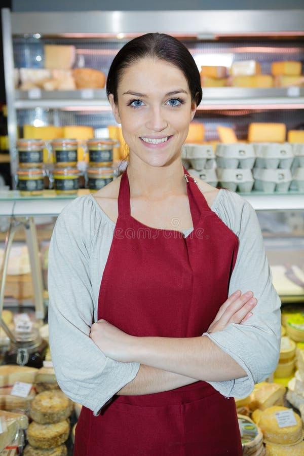 Счастливый продавец гипермаркета с уверенно ориентацией стоковая фотография rf