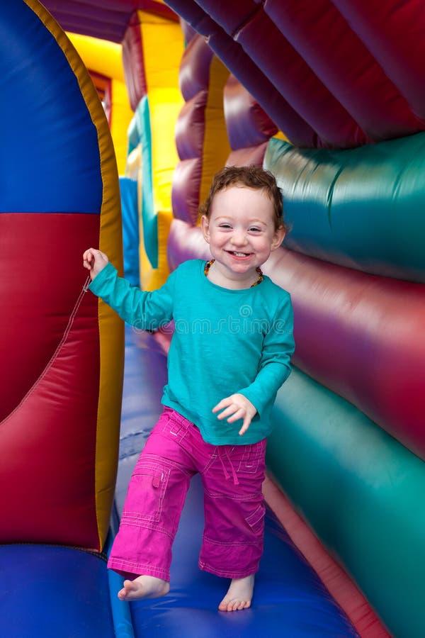 Счастливый прыжок малыша в батуте стоковые фотографии rf