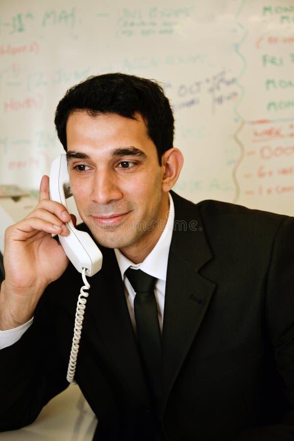 счастливый работник телефона стоковые изображения rf