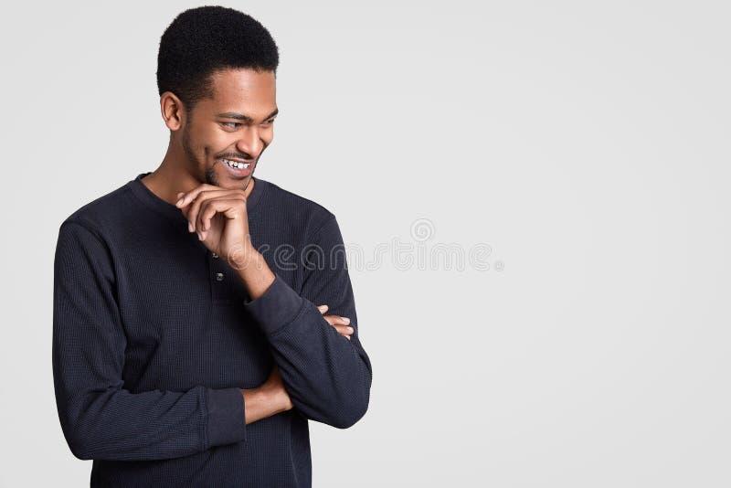 Счастливый радостный темный применять обложку к человек человек держит руки отчасти пересек, усмехается широко как вещь извещений стоковое фото rf