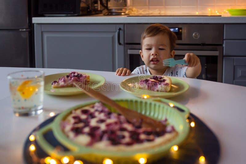 Счастливый ребенк достигая для домодельного торта Домашняя кухня стоковая фотография rf