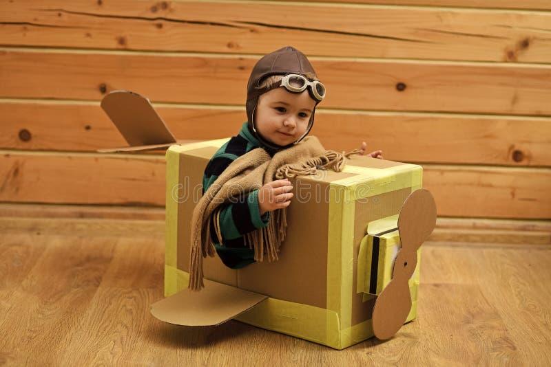 Счастливый ребенк имея потеху стоковые изображения rf