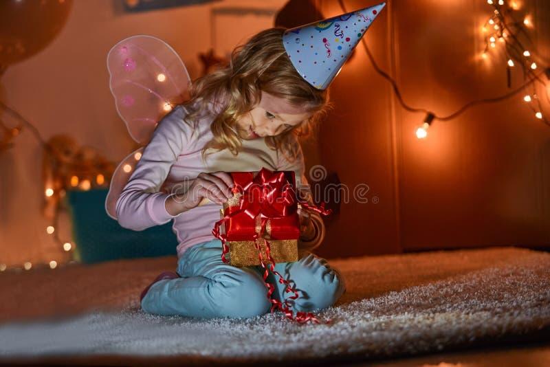 Счастливый ребенок в играть комнату стоковое фото