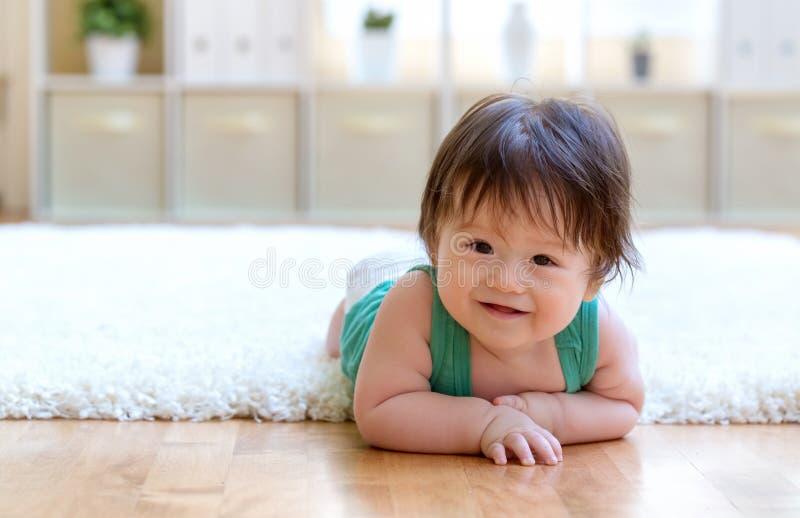 Счастливый ребенок лежа вниз стоковые фотографии rf