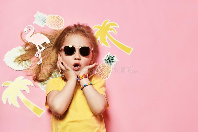 Счастливый ребенок на летних каникулах Концепция перемещения и приключения стоковое фото rf