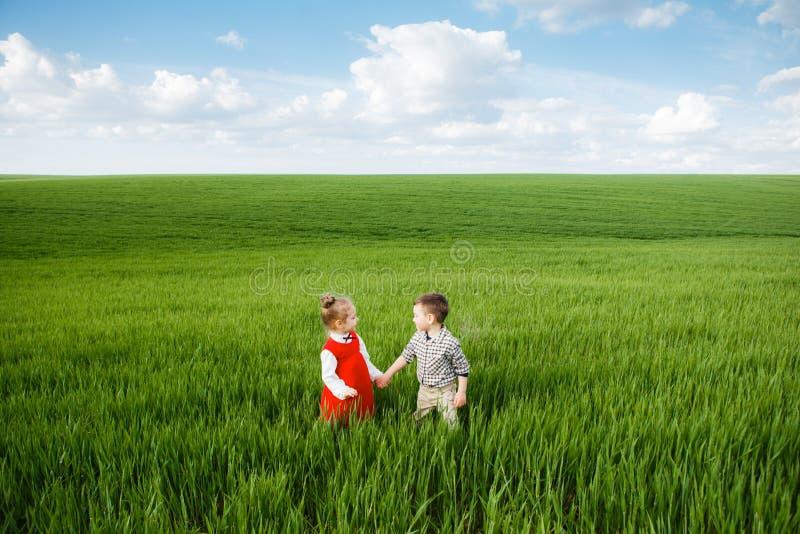 Счастливый ребенок на поле лета стоковая фотография rf
