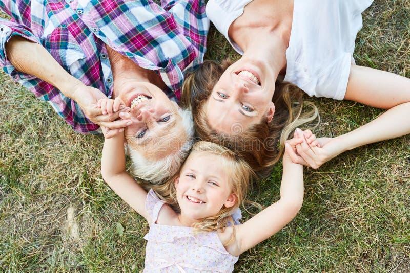 Счастливый ребенок с матерью и бабушкой стоковая фотография