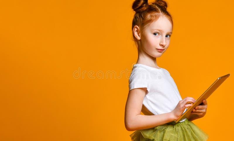 Счастливый ребенок с планшетом Показ ребенк стоковое фото rf