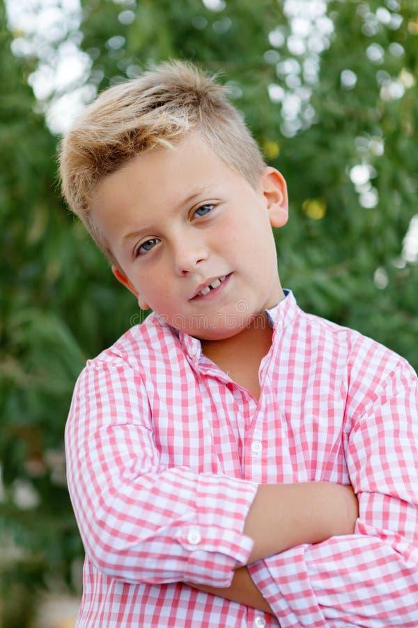 Счастливый ребенок с розовой рубашкой стоковая фотография rf