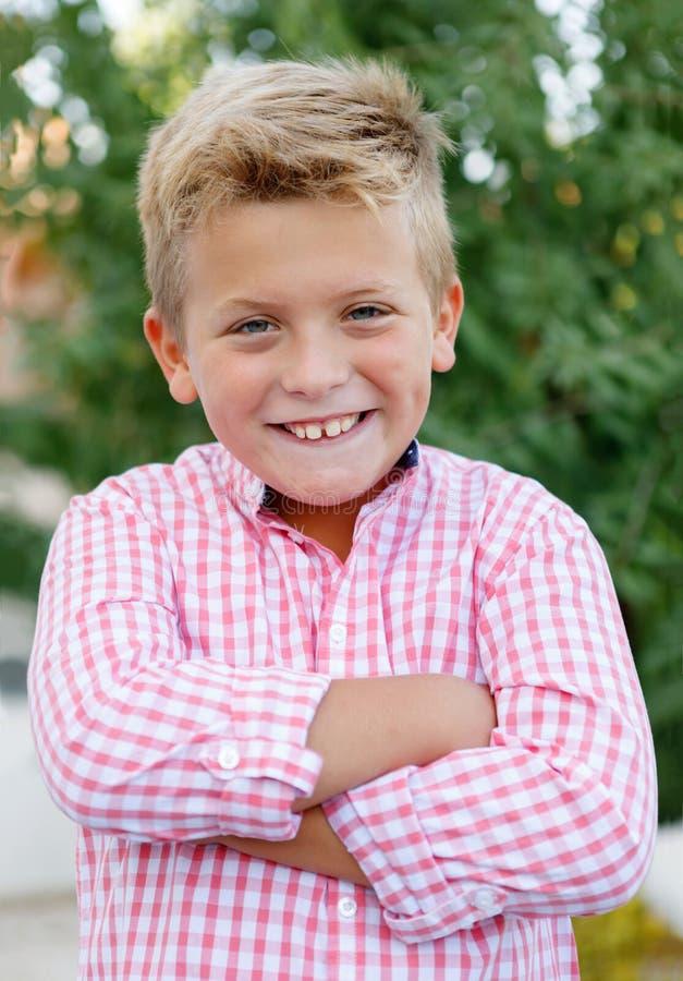 Счастливый ребенок с розовой рубашкой стоковое фото rf