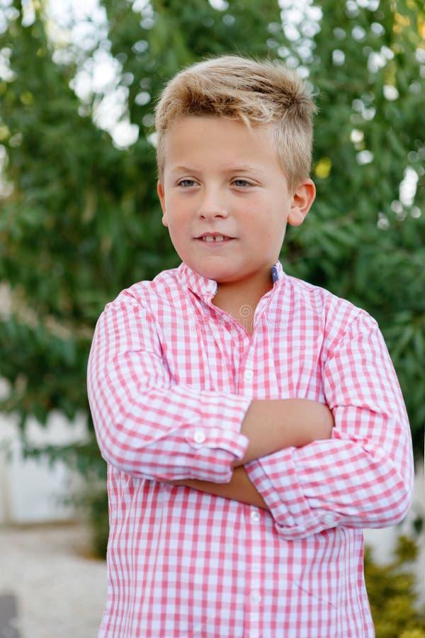 Счастливый ребенок с розовой рубашкой стоковое изображение