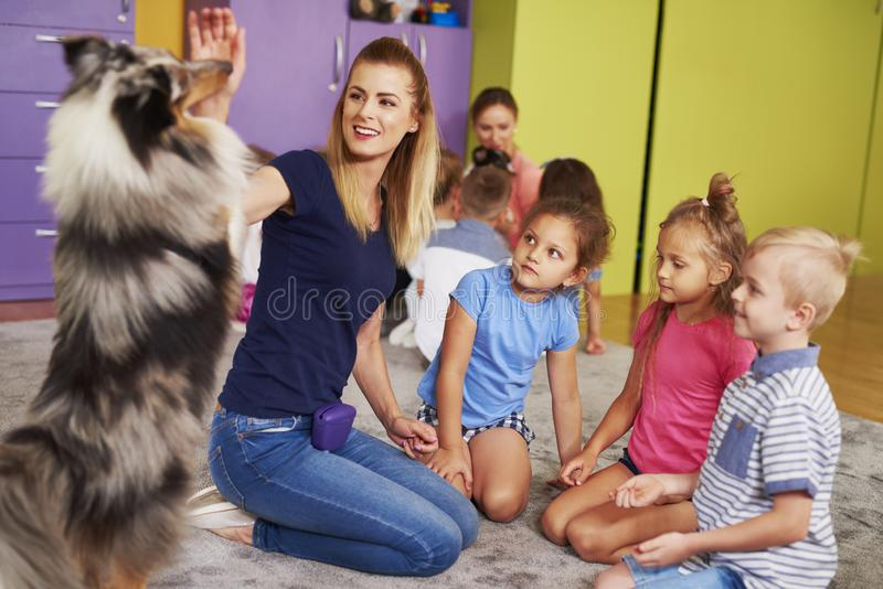 Счастливый ребенок с собакой в preschool стоковое изображение rf