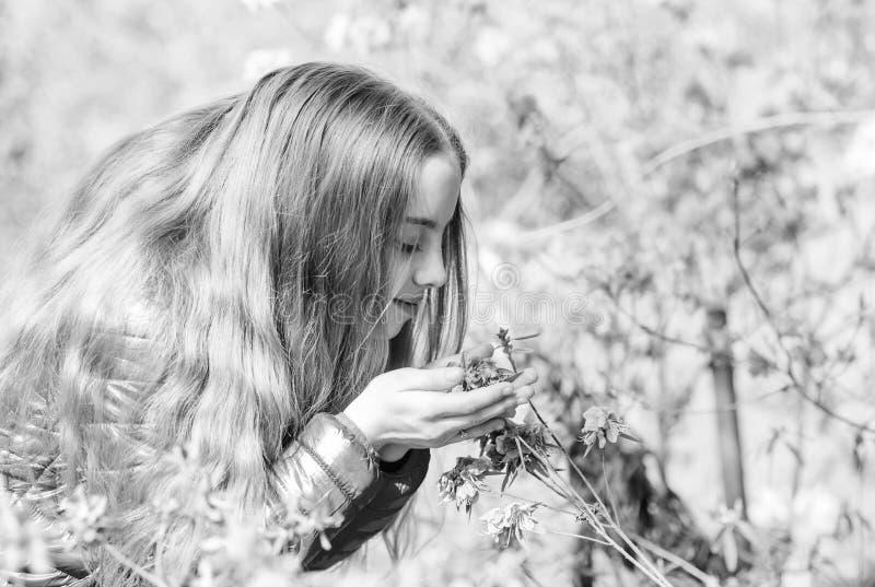 Счастливый ребенок с цветенем вишни o   природа лета Сакура зацветать запаха маленькой девочки стоковые изображения