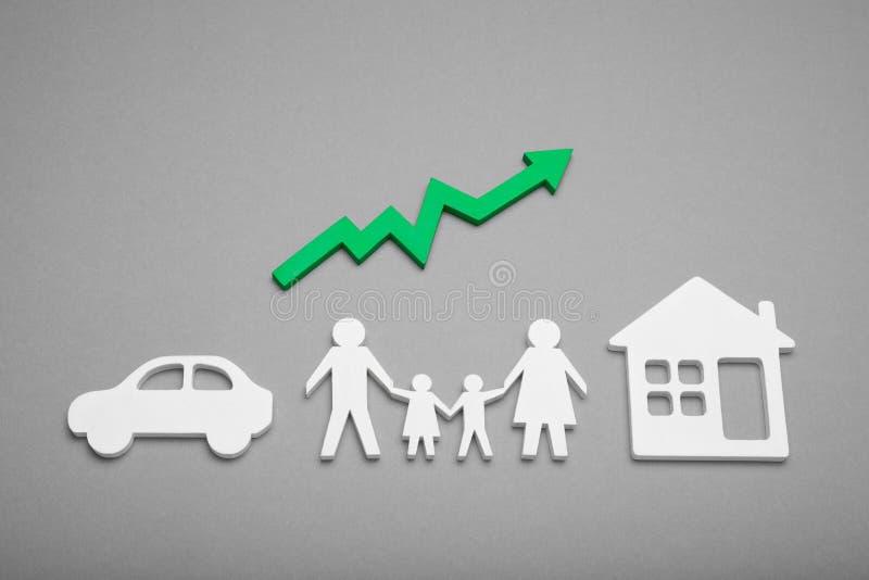 Счастливый рост изобилия семьи Страхование и защитить жизнь Растя диаграмма, стрелка стоковые изображения