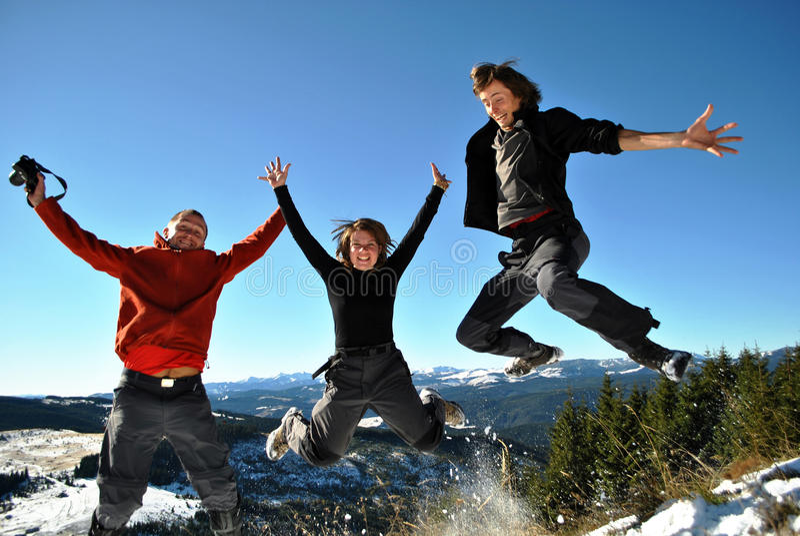 счастливый скакать hikers стоковая фотография