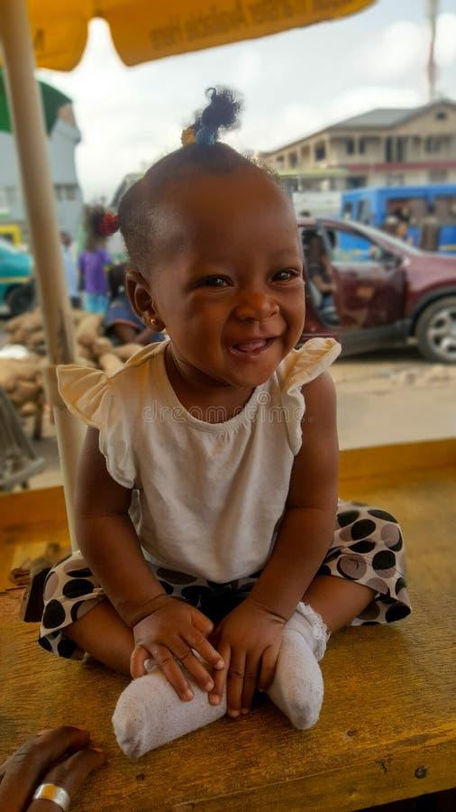 Счастливый смеясь ганский ребенок стоковое фото