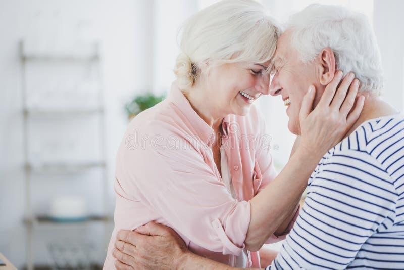 Счастливый старший обнимать супругов стоковые изображения