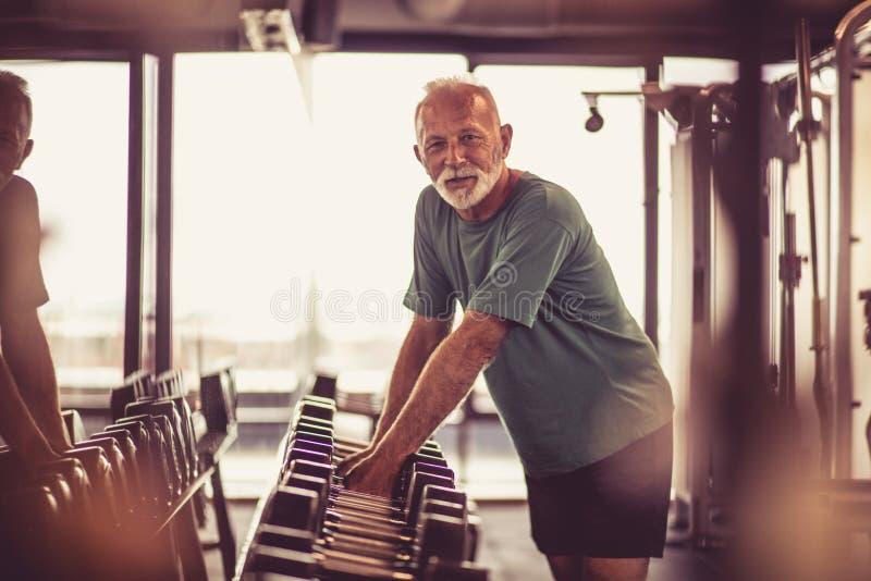 Счастливый старший человек на спортзале стоковая фотография
