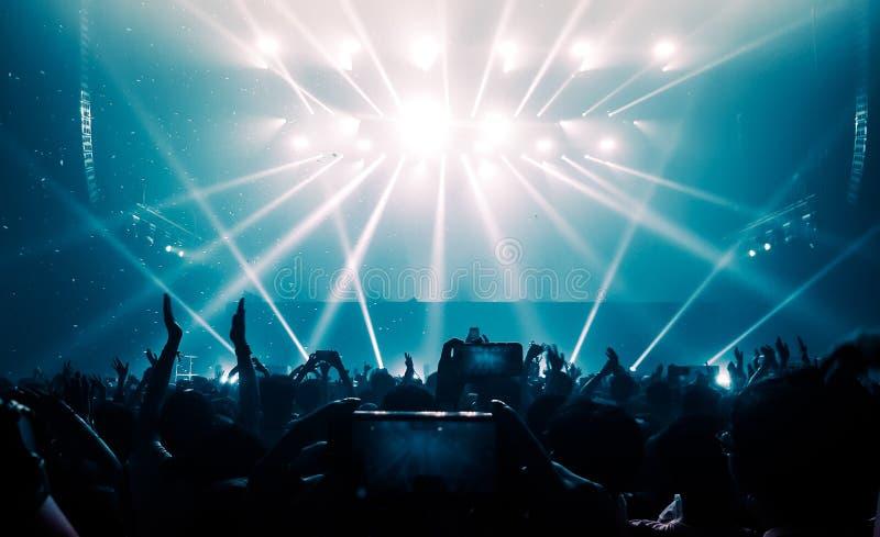 Счастливый танец людей в концерте партии ночного клуба стоковое изображение rf