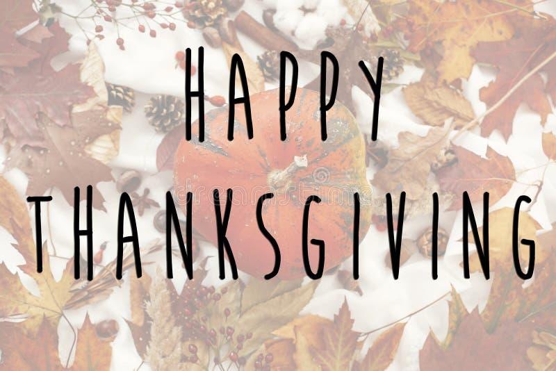 Счастливый текст благодарения на положении осени плоском с тыквой, beautif стоковая фотография rf