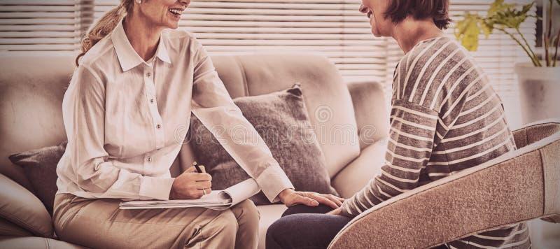 Счастливый терапевт с пациентом стоковое фото