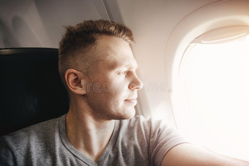 Счастливый туристский человек делает фото selfie в самолете воздушных судн кабины перед отклонением r стоковое изображение rf