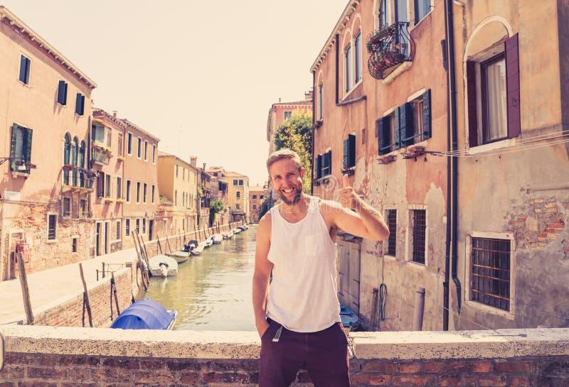 Счастливый туристский человек посещая город Венеции и имея потеху в Италии стоковая фотография