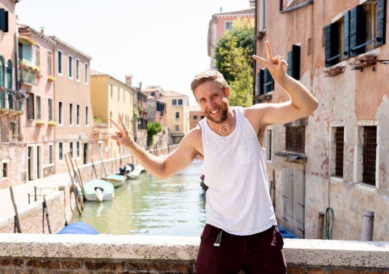 Счастливый туристский человек посещая город Венеции и имея потеху в Италии стоковые изображения