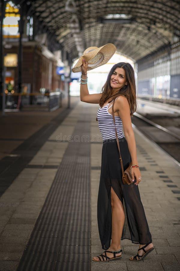 Счастливый турист, размахивающий здесь шляпой на платформе поезда стоковые изображения rf