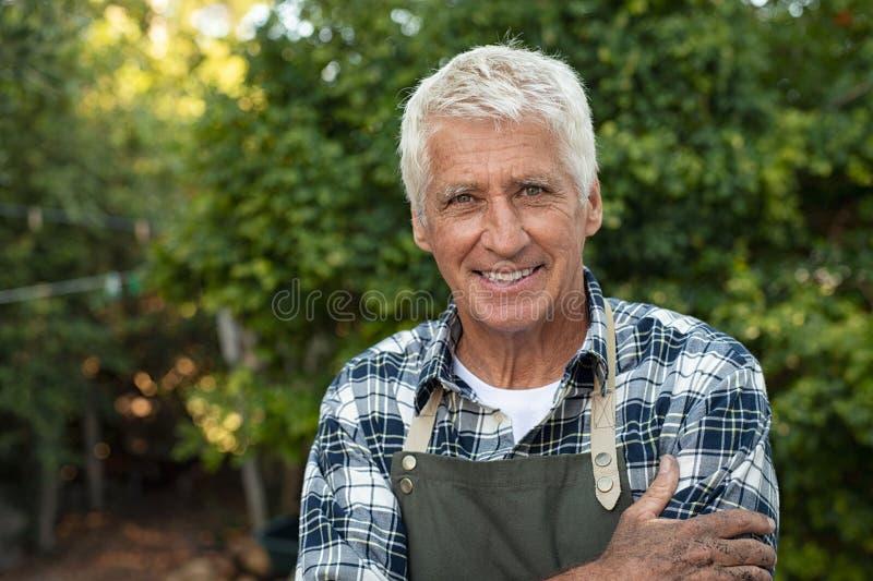 Счастливый удовлетворенный старший фермер стоковое изображение rf