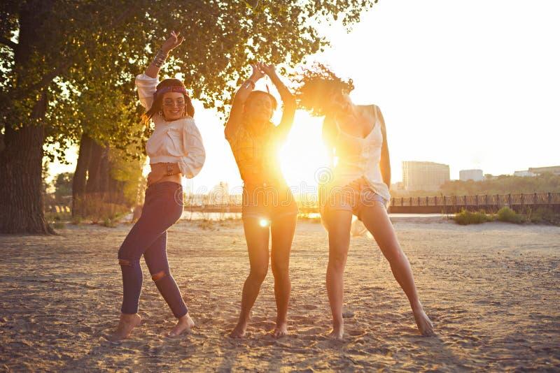 Счастливый уменьшите tan женщин на пляже в заходе солнца Перемещение и happines стоковые фотографии rf