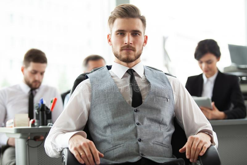 Счастливый умный бизнесмен с командой сопрягает обсуждать на заднем плане стоковое изображение