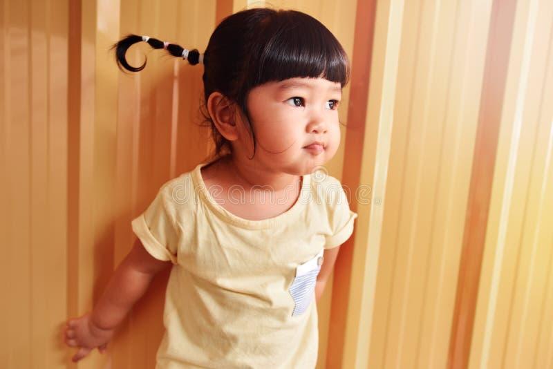 Счастливый умный портрет детей, азиатская девушка смотря снаружи, 2 года o стоковое фото rf