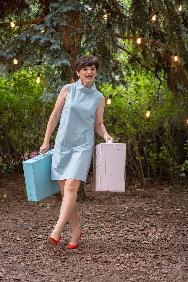 Счастливый усмехаться женщины Счастливая женщина идя на каникулы женщина одетая в ретро стиле Женщина усмехается счастливо стоковая фотография rf