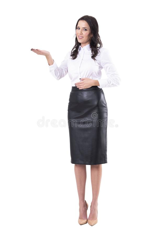Счастливый усмехаясь красивый брюнет бизнес-леди показывая пустой космос экземпляра с открытой рукой продавая продукт стоковое фото rf