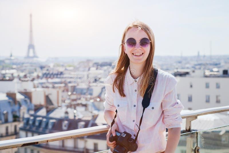 Счастливый усмехаясь турист женщины с камерой в предпосылке Парижа, sightseeing или перемещения стоковые фотографии rf