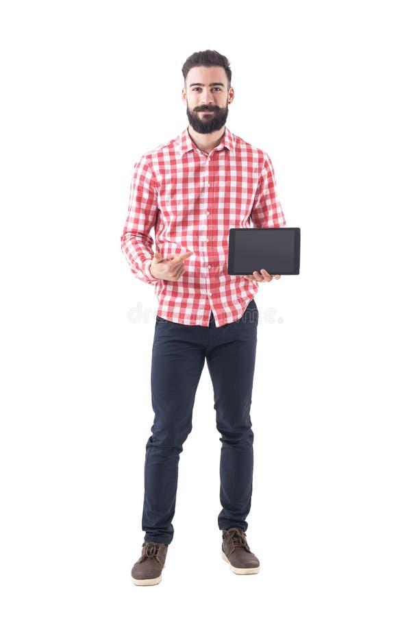 Счастливый успешный бородатый программист указывая палец и показывая пустой экран таблетки стоковое фото rf